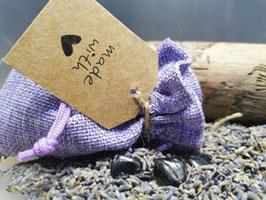 Schwarzer Turmalin Schutzstein im  Lavendelsäckchen
