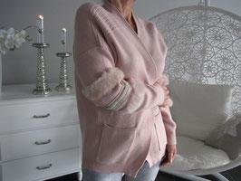 Pullover mit modernen Ornamenten an den Ärmeln