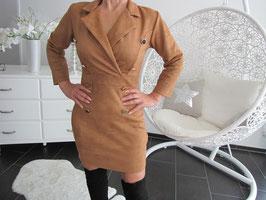 Damen Kleid Design mit goldenen Knöpfen