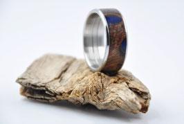 Ring aus einem Banksia Zapfen (in dingelblauem Epoxid gegossen)