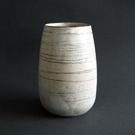 Vase mit Liniendekor