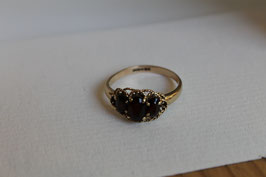 Gouden ring met granaatjes