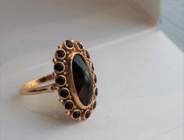 Gouden ring met ovale granaat