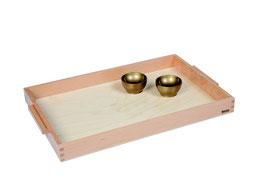 Holztablett mit zwei goldenen Holzschälchen