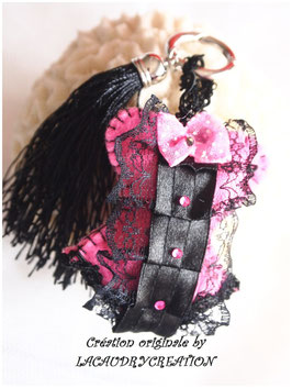 Accessoire de mode, bijou de sac glamour collection Corset, Froufrou PINKY en feutrine rose et dentelles noires