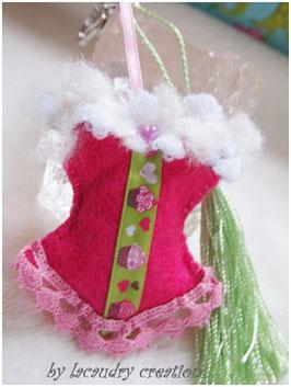Bijoux de sac romantique, porte clefs CORSET GOURMAND Cupcake FRAMBOISINE en feutrine rose vif  , galon décoré de cupcakes  et dentelle blanche
