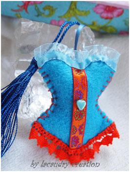 Bijoux de sac romantique, porte clefs CORSET LADY CURACAO ORANGEADE en feutrine Turquoise  , galon  et dentelle orange