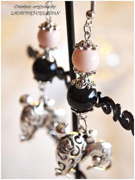 Boucles d'oreilles femme, oreilles percées, romantique SOURIS COQUETTE, agate noire, nacre coloré rose pastel, pendentif