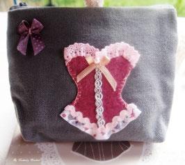 Trousse  de toilette, de maquillage ,shabby romantique en coton gris  CORSET en feutrine rose violine