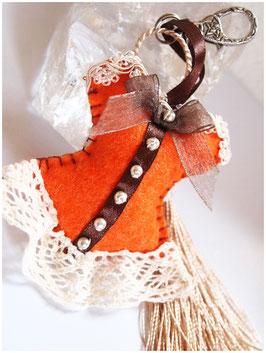 Bijoux de sac romantique, porte clefs CORSET LADY ORANGETTE CHOCOLAT en feutrine orange  , galon MARRON et dentelle BEIGE