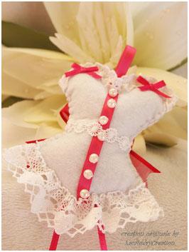 Corset bustier romantique de la mariée Blanc et rose fuschia, en feutrine  et dentelle blanche avec un gros noeud fuschia, décoration pour mariage