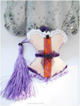 Bijou de sac corset, porte clé  romantique, porte clé feutrine beige et dentelles mauves