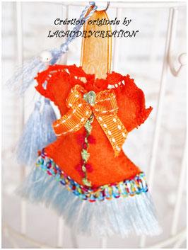 Bijou de sac CORSET exotique Voyage à Hawaî, en feutrine orange et dentelle turquoise,  galon fleuri et pompon satin bleu