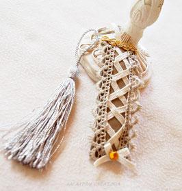 Porte-clef MITAINE gothique , similicuir gris, laçage beige et galon or , accessoire de bagagerie , décoration sac à main