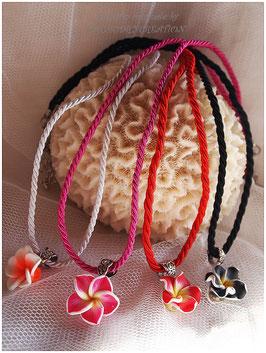 Ensemble 1 Collier mi long fleur de tipanié  en polymère et cordon coton tressé rouge, et 1 paire de boucles d'oreille fleurs rouges et perles blanches