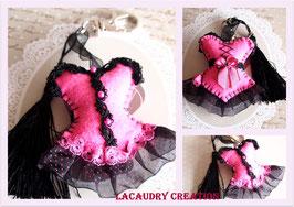 Accessoire de mode, bijou de sac glamour collection Corset, PRINCESSE A POIS ROSES en feutrine rose et dentelles noires