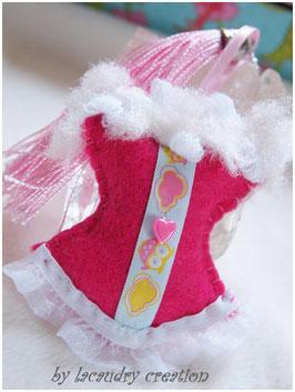 Bijoux de sac romantique, porte clefs CORSETune chouette dans les nuages  en feutrine rose vif  , galon décoré de chouettes  et dentelle blanche