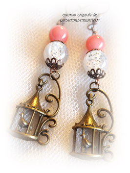 Boucles d'oreilles vintages Oiseaux féériques, romantiques en métal bronze doré  et perles fantaisie blanches et rose saumon