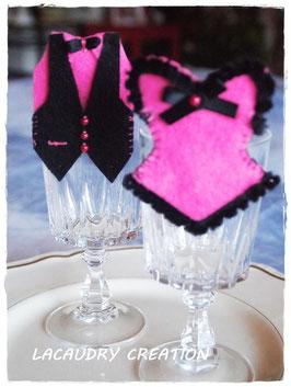 2 Marque places Mariage avec décoration corset et gilet smoking rose fuchsia , décoration de table mariage