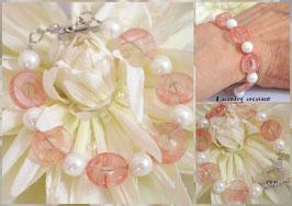 Bracelet Tendresse rose pour femme ou jeune fille, style romantique avec donuts en pierre rose et perle de nacre