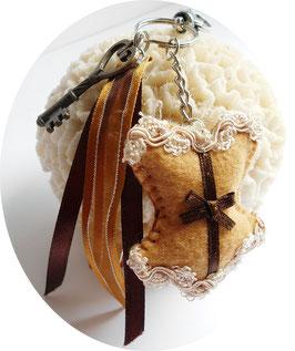 Porte clé Corset feutrine marron et clé steampunk bronze, bijou de sac fait main, cadeau de Noel glamour