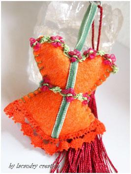 Bijoux de sac romantique, porte clefs CORSET LADY FLEUR D'ORANGER en feutrine orange  , galon velours vert à fleur rouge et dentelle ORANGE