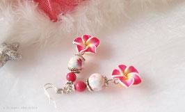 Boucles d'oreilles exotiques fleurs de tiaré/tipanié fuchsia coeur jaune, perles en nacre rose et perles fleuries