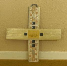 Traditionelles Wandkreuz mit Vers aus Holz und Feinsteinzeug