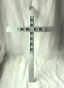 Stilvolles Wandkreuz mit Steinen in Silber