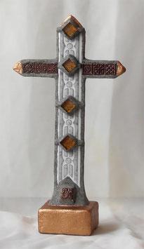 Traditionelles Standkreuz mit Steinen im antiken Stil