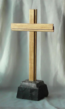 Traditionelles Holzkreuz auf Basalt