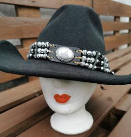 Hutband oder Choker, mit schwarz/weißem Cabochon und schwarzen Hornpipes (CH 24)