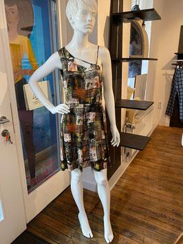 Sommerkleid aus Seide, bunt bedruckt mit Falten im asymmetrischen Schnitt