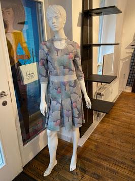 Elegantes Kleid mit Gingkomuster und Glitzereffekt