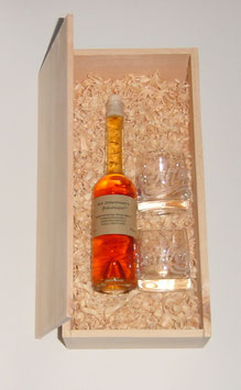 """1 x 100 ml Zirbenlikör + zwei Kristallgläser """"Zirbentröpferl"""", verpackt in einer Holzkiste aus Zirbenholz"""