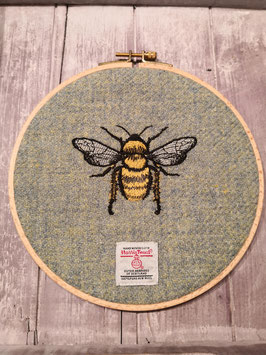 "Hoop Wall Art ""Bee"" auf hellgrünem Harris TWeed"