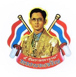 タイ 王室 ステッカー プミポン国王(ラーマ9世) 肖像 + 国旗 Mサイズ  1枚 【タイ雑貨 Thailand Sticker】