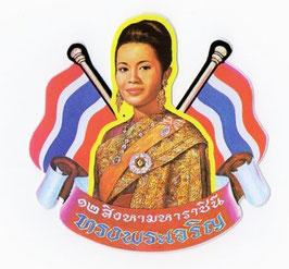 タイ 王室 ステッカー シリキット 王妃 肖像 + 国旗 Mサイズ  1枚 【タイ雑貨 Thailand Sticker】