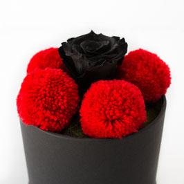 Bollenhutbox mit roten Bollen und schwarzer Rose