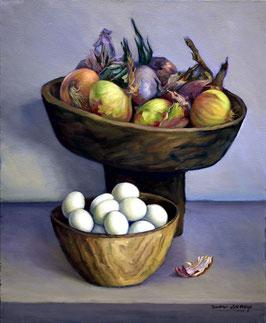 Cuenco con cebollas y cesta de huevos