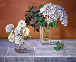 Jarrones con jazmines y rosas blancas