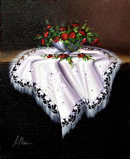 Jarrón se flores sobre el mantel