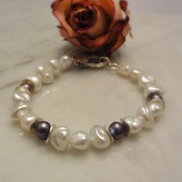Perlenarmband mit dekorativem Silberkarbiner