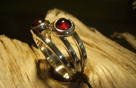"Ring ""Drilling"" K7 mit zwei Granat Cabochon rot Fair Trade Silber (925) aus Bolivien Gr. 55"