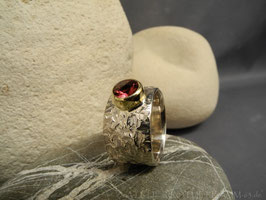 12 mm Fingerring mit facettiertem runden Turmalin rosafarben mit 5 mm ;  stark strukturiert geschmiedete Oberfläche Fair Trade Silber Bolivien; Fair Trade Edelstein Brasilien