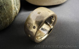 K46d Flächig gehämmerte und satinierte Oberfläche, 11 mm breite  Ringschiene, Brillanten mit je 0,02ct. in 7 verschiede Facetten eingetrieben
