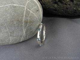 Ring K100 mit umlaufend eingefassten Edelsteinen
