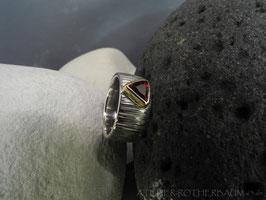 Ring K98a Fair Trade Silber aus Bolivien 10mm Breite gewölbte und gekerbte Oberfläche Trillant in 585 Gold recycling
