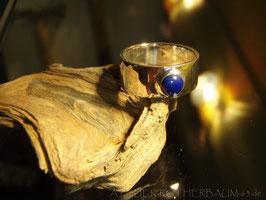 Ring K10 flächig geschmiedet mit rundem Lapislazuli Cabochon in aufgesetzter Kastenfassung Fair Trade Silber (925) aus Bolivien Gr. 59