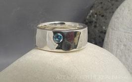 K8 Flächig gehämmerter Ring mit rundem facettiertem Aquamarin in der Facette  Fair Trade Silber (925) aus Bolivien